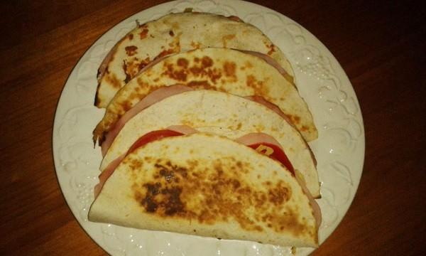 Quesadillas-pizza-jamon-queso-tomate