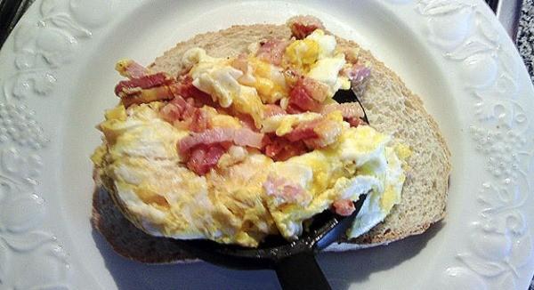 Tosta-huevo-revuelto-bacon