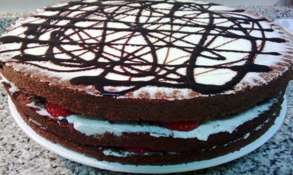 Selva-negra-tarta-chocolate-nata-fresas