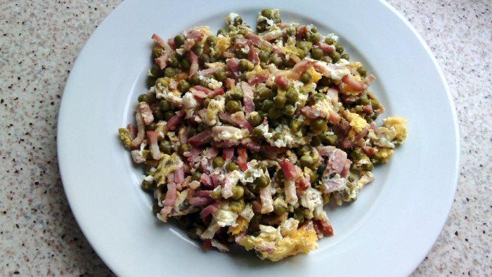 revuelto de huevos, guisantes y bacon