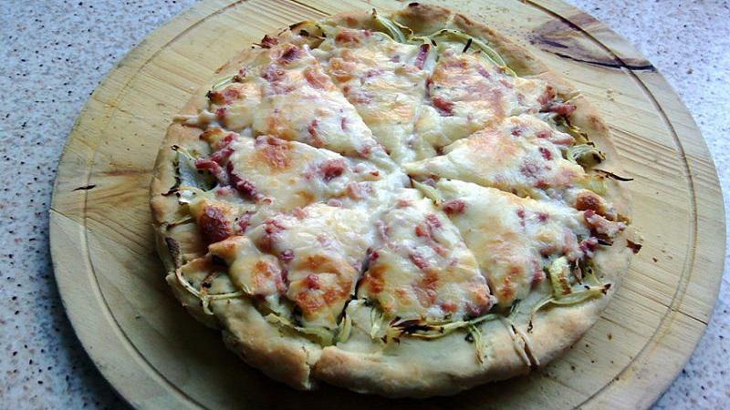 pizza-bianca-cebolla-bacon-nata