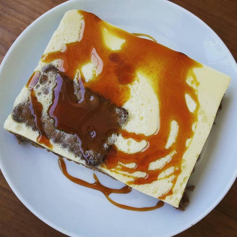 Tarta de flan y galletas con caramelo
